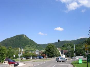 Kreuzung am Kr�uterhaus mit dem Oberbergfels links im Hintergrund.