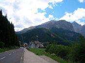 Groednerjoch Ost, kurz vor Corvara. Links zum Campolongo, rechts zum Gr�dnerjoch