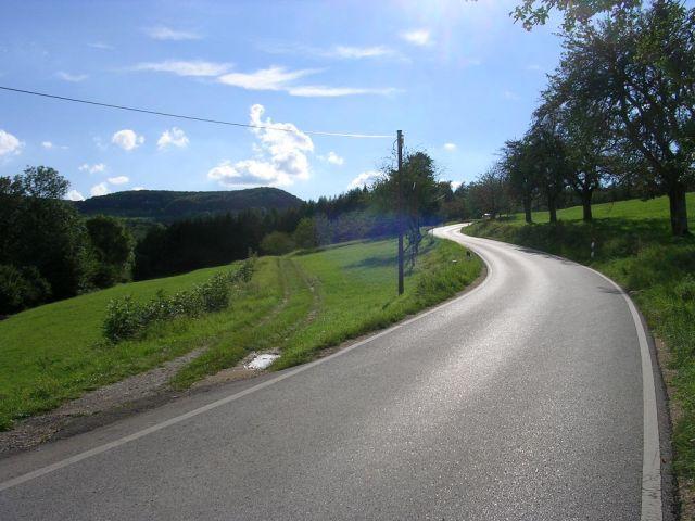 Westauffahrt von Gingen - km 1,8: Nach dem Waldstück wird der Anstieg etwas flacher und die Strasse besser. Im  Hintergrund der Fränkel