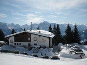 Ausblick von etwas oberhalb der Stra�e hin�ber zu den Lienzer Dolomiten.
