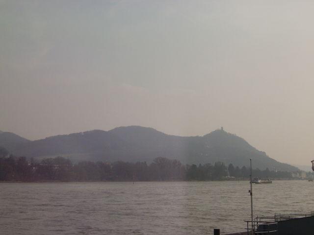 Der Drachenfels von der anderen Rheinseite aus gesehen.