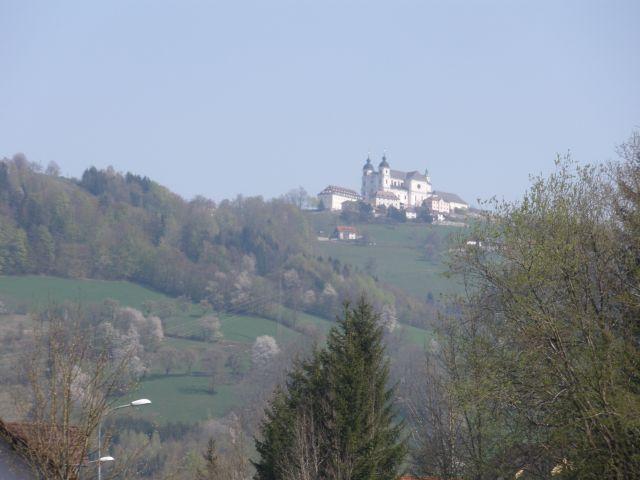 Die Kirche am Sonntagsberg vom Böhlerwerk gesehen.