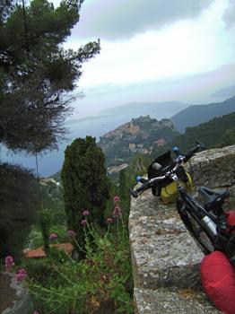 Eze liegt auf einer Bergkuppe, im Hintergrund erkennt man Cap Ferrat.