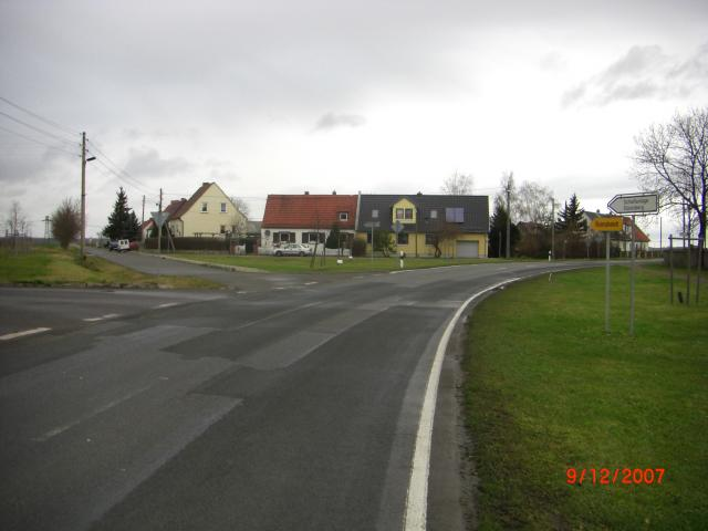 Am nördlichen Ortsende in Udestedt zweigt die Ortsverbindung nach Kleinrudestedt ab