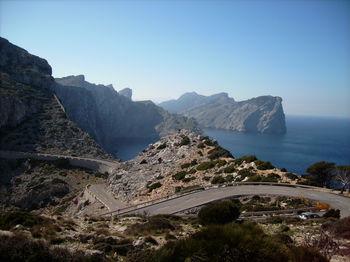Rückblick auf die eindrucksvolle Felsenküste.