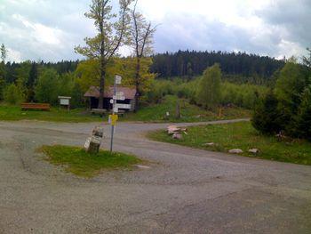 Der Weithäusleplatz mit einer kleinen Schutzhütte. Von rechts die Anfahrt aus Dobel, in der Bildmitte beginnt die steile Abfahrt nach Bad Herrenalb.