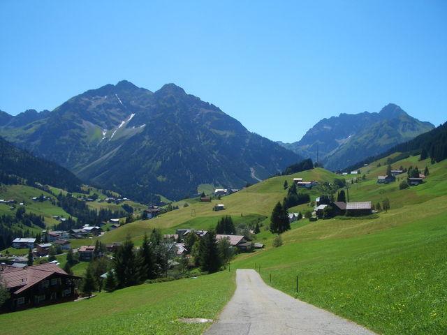Widderstein, dahinter ist der Hochtannbergpass. Unten das Ende der breiten Steilrampe __m[stb72|2140]