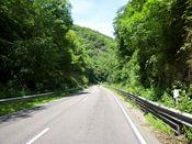 Stra�enverlauf durch das enge Tal.