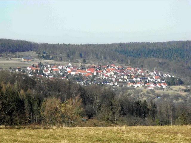 Rohrbronn von Engelberg aus. Links oberhalb des Ortes, vor der großen Feldscheune ist der letzte Teil der Aufstiegsstraße erkennbar und direkt über der Scheune befindet sich an der Waldkante die Passhöhe. In Bildmitte rechts, unterhalb den  Häusern am Ortseingang verläuft der erste Teil des Anstieges.