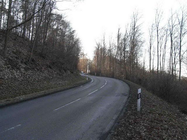Nach der Kehre. Auf Höhe des Fahrzeuge ist der Visierbruch der Strasse sichtbar. Es wird wieder flacher