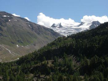 Um den Felsen mit dem Rifugio herum auf Schotter zum Parkplatz mit Gletscherblick.