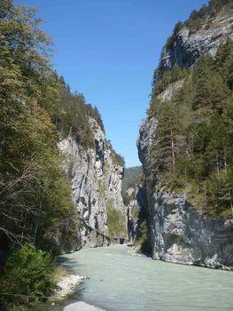 Blick in die Aareschlucht. An der linken Felswand sieht man den kostenpflichtigen Besichtigungssteg.