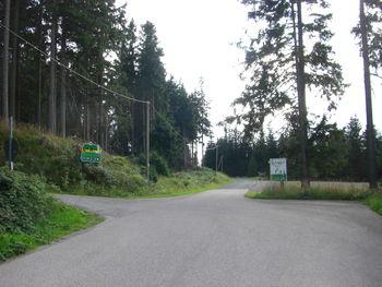 dann gelangt man diese Weggabelung, zur Hohen Warte geht es links weiter, geradeaus gelangt man zur Waldgastst�tte M�nchhof.