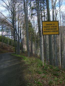 Ein Warnschild verbietet allerlei Dinge, aber das ist uns egal.
