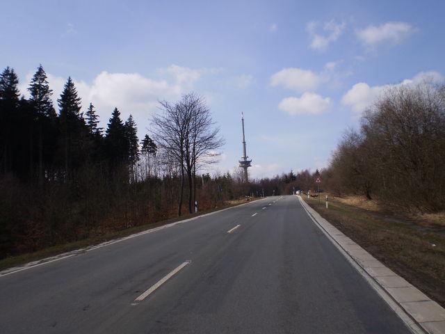 Ostanfahrt: Kurz vor Schluß rückt der Sendeturm auf dem Essigberg ins Blickfeld.