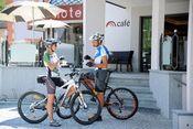 Biker im Cafe.