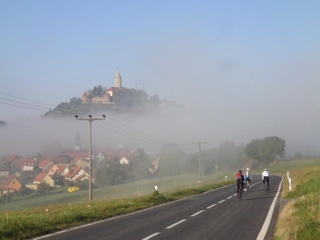 Anfahrt aus Osten mit Blick auf Seitenroda und das Luftschloss Leuchtenburg.