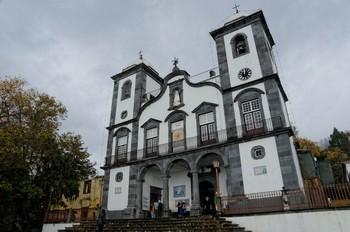 Die Kirche steht noch etwas oberhalb rechterhand des Auffahrtsendes.