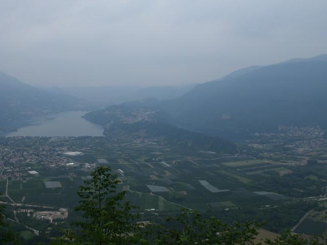 Blick vom Kaiserjägerweg ins Valsugana: Links Caldonazzo, rechts Levico, Startpunkt nach Compet