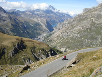 Lange Zeit genießt man diese phantastische Aussicht auf Val d'Isere und den Lac du Chevril.
