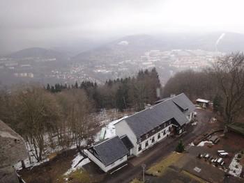 Blick vom Turm auf die Baude und über Suhl.