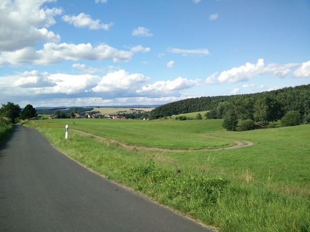panorama vitzerodas mit weg zum sportplatz.  CC0 thelonious