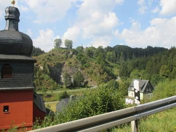 links die ev. Kirche, unter uns Thomasmühle, und die Straße nach rechts unten die Umfahrung (nach einem Tunnel!) von Nordhalben