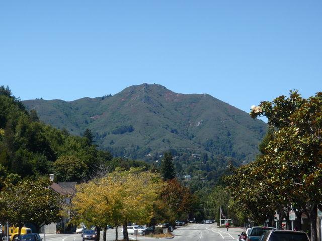 Blick von Mill Valley auf den Ostgipfel von Mt. Tam