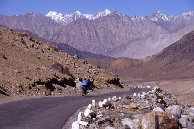 Gut ausgebaute Abfahrt vom Khardung La.