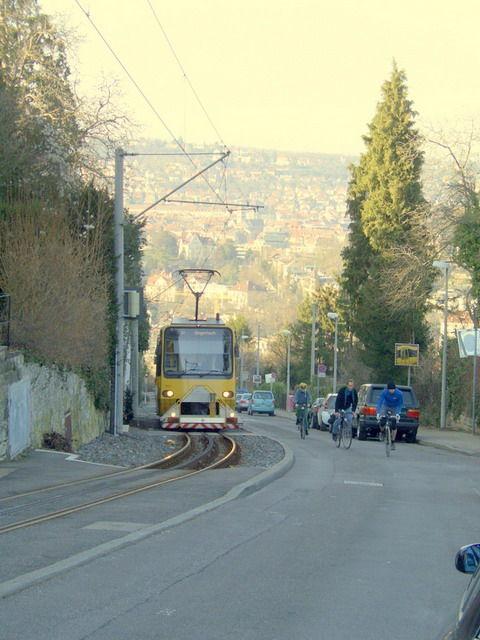 Die Zahnradbahn auf dem Weg nach Degerloch. Wer hier wohl schneller ist?
