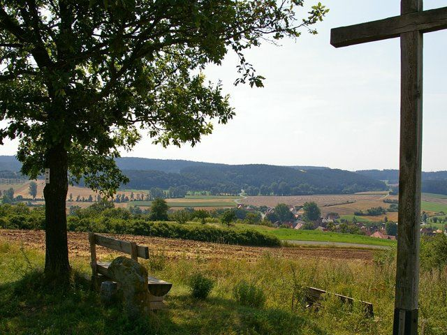 Blick über den Zenngrund und Unteraltenbernheim auf den Nordanstieg nach Wimmelbach.