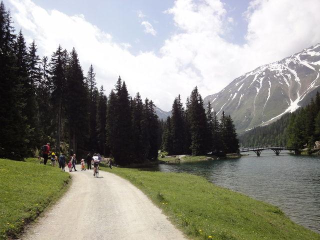 Weg entlang des Sees.