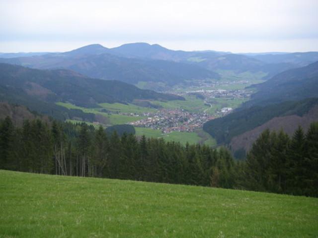 Blick von der Passhöhe nach Hofstetten bei trübem Wetter