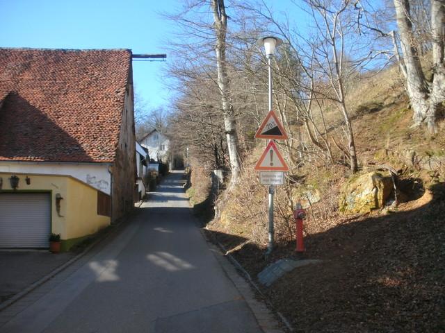 39Jetzt stelllt sich uns die Mauer vom Schloßberg entgegen
