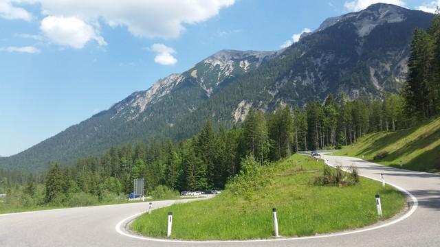 kurz nach der Grenze zu Österreich folgt der Schlussanstieg über zwei Serpentinen zur Passhöhe mit Blick zur Kreuzspitze und Kuchlbergspitz