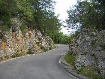 Auf der Suedrampe zum Weissensteinpass musste die Straße teilweise in das Kalkgestein gehauen werden.Stefan Moser