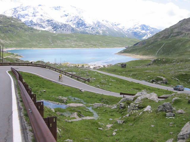 In der Abfahrt, mittlerweile in Italien, erreichen wir Montespluga am Lago di Montespluga.
