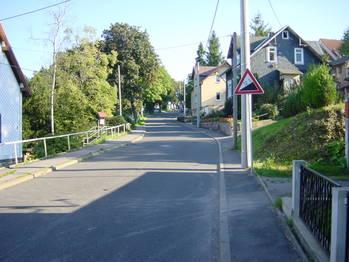 Durch Gehlberg geht es weiter steil bergauf.
