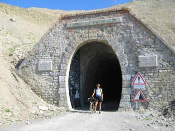 Geschafft! 2650m. Ab in den vereisten Tunnel!