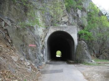 Schmaler nasser Tunnel