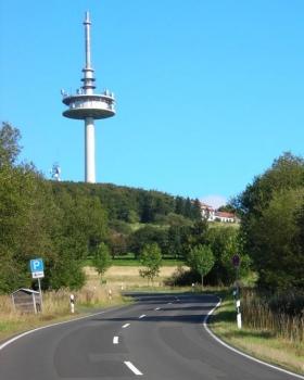 Fast auf der gesamten Anfahrt ist das Ziel, der Funkturm auf dem Hoherodskopf, nicht zu übersehen.