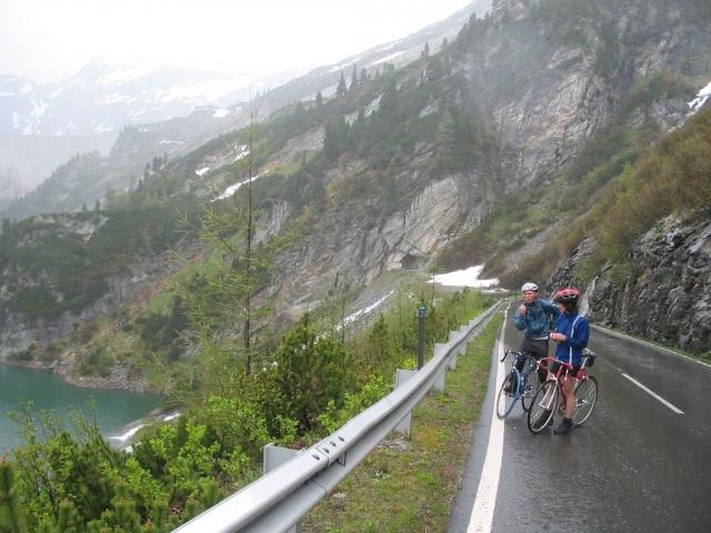 Ca. einen Kilometer vor dem Ziel sieht man links die Staumauer und im Nebel etwas links das Sporthotel und Restaurant.