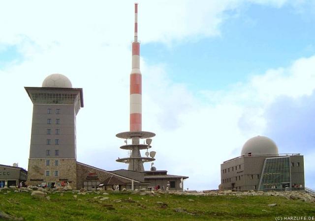 Der Gipfel des Brocken (1142m), mit dem Brocken-Hotel, dem Sendemast und dem Brocken-Museum ( v.l.n.r.).