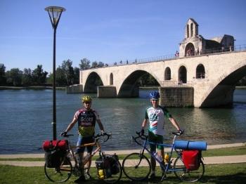 """An der berühmten """"Pont d'Avignon"""" beginnen wir unsere Tour. Etwa 2500 Kilometer liegen vor uns."""