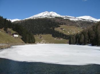 Der noch zugefrorene Durnholzer See.