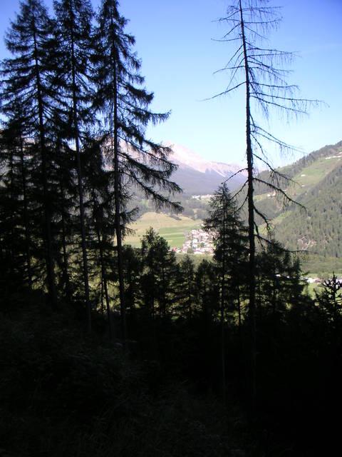 Blick vom  __[Umbrailpass|206] in das Münstertal mit dem  __[Ofenpass|138] am Horizont.