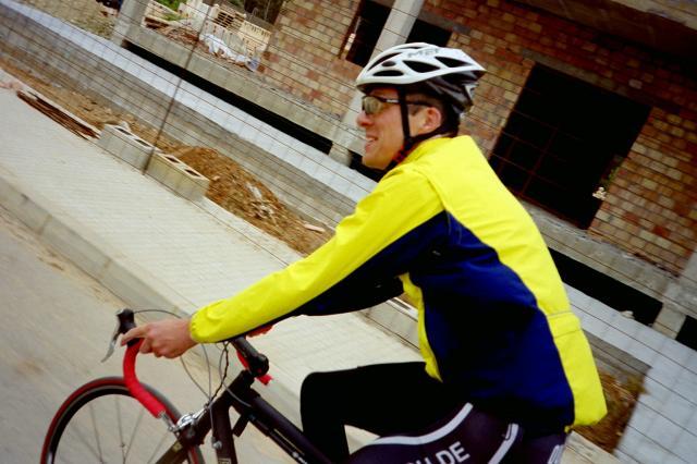 Gerade vom Flughafen gekommen schwingen sich Martin und ich zu unserer ersten Tour auf die Räder.