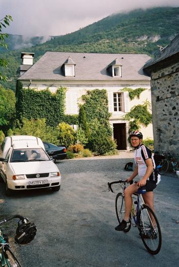 Am Morgen unserer Runde rund um Col du Soulor und Col d'Aubisque stehen wir abfahrtsbereit im Hof unserer Gastgeber