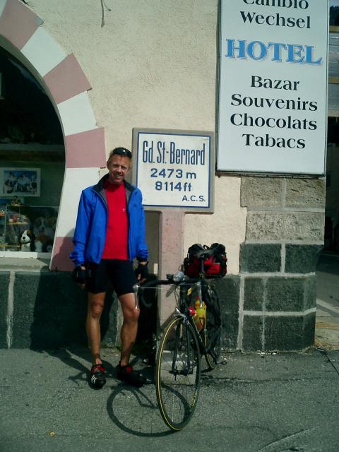 Am Col du Grand St. Bernard geht es mir eigentlich noch gut, die sieben Stunden Regen sind überstanden. Nach Aosta sind es nur noch 35 km. Heute morgen dachte ich nicht, dass ich soweit kommen könnte.Senza Fine 2003Manfred Schneider