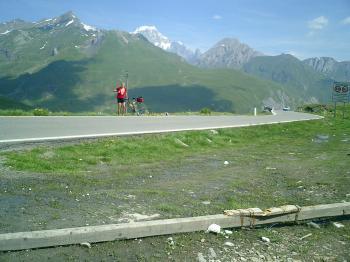 Am Col du Petit St. Bernard - ein extrem heißer TYag und ich will ja noch zum Col de l'Iseran und zum Col de la Madeleine.Senza Fine 2003Manfred Schneider